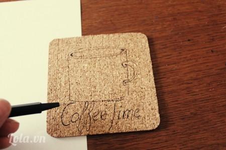 Bạn lấy bút mực vẽ mẫu hình đó lên miếng lót ly bằng gỗ