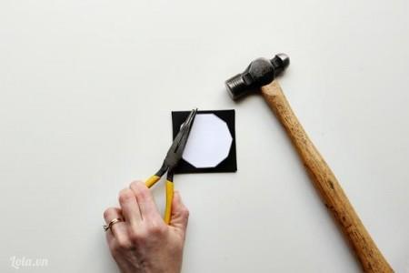 đặt bìa đa giác trắng lên bìa đen , đóng đinh xuyên qua bìa đen theo các đỉnh của bìa trắng (ảnh)