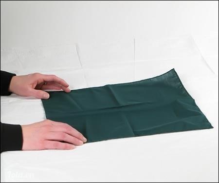 Lấy một chiếc khăn vải vuông, hay hình chữ nhật trải trên mặt phẳng