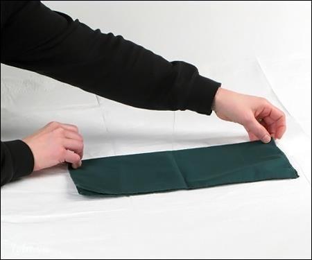 Gấp khăn làm hai phần bằng nhau.