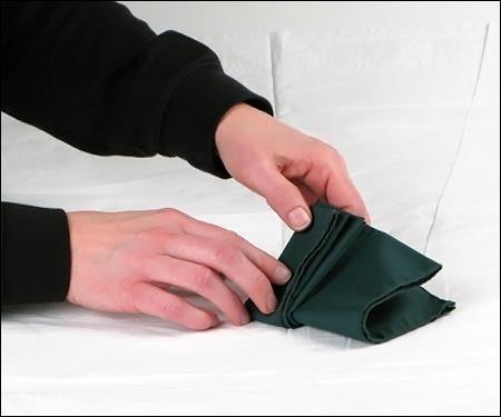 Gấp khăn tới nếp cuối cùng thì dừng lại, gập khăn làm hai, nhớ cho phần nếp gấp ra ngoài.