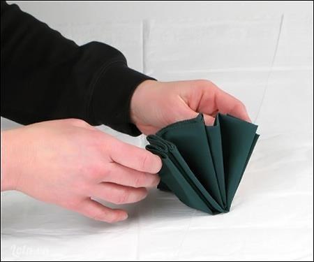 Từ từ mở khăn ra, bạn sẽ có một hình rẻ quạt như ý.