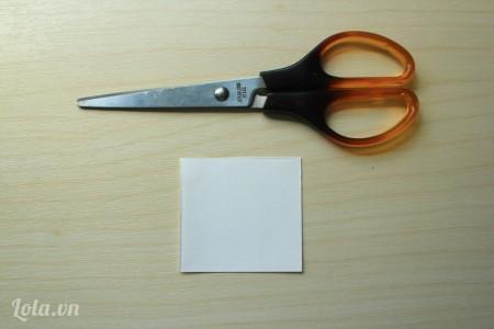 Cắt giấy cứng thành các hình vuông kích thước 6x6cm