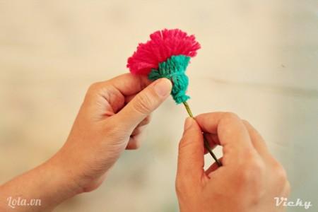 Cuối cùng dán cành vao bông hoa là sản phẩm đã hoàn thành rồi nhé!