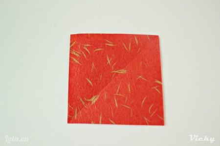Cắt giấy thành mảnh hình vuông kích thước tùy ý.