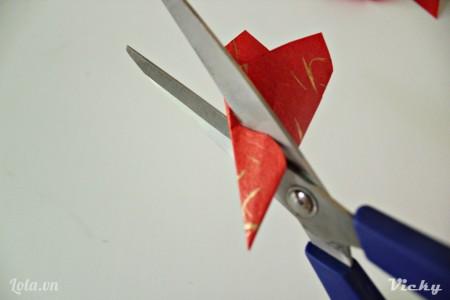 Dùng kéo cắt 1 đường cong để tạo hình bông hoa