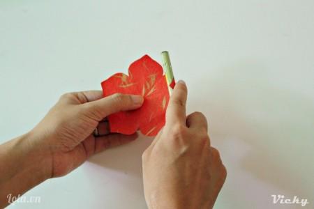 Giờ thì dùng bút chì uốn cong các cánh hoa.
