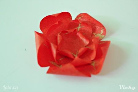Tương tự ta dán bông hoa nhỏ hơn vào trong.