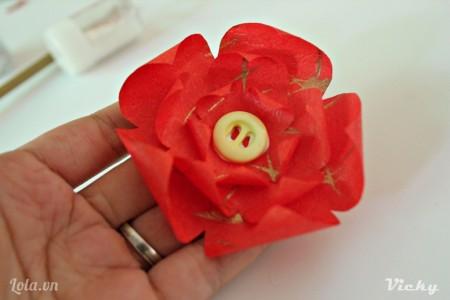 Dán cút áo vào trong để tạo nhụy hoa.