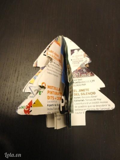 Tách các trang giấy ra và dán lại để tạo hình cây thông như trong hình