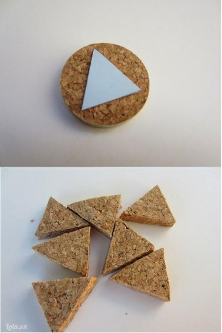 Kế tiếp bạn cắt những miếng mảnh đó ra thành hình dạng mà mình thích. Trong hình sử dụng hình tam giác đã chuẩn bị sẵn từ giấy bìa cứng