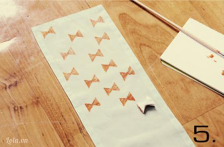 Bạn bắt đầu in họa tiết lên khăn