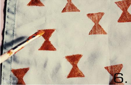Sau khi in xong bạn nên lấy bút lông tô màu lại để họa tiết khăn thêm đẹp  Chỉ những bước đơn giản bạn đã có cho mình một chiếc khăn xinh xắn rồi.
