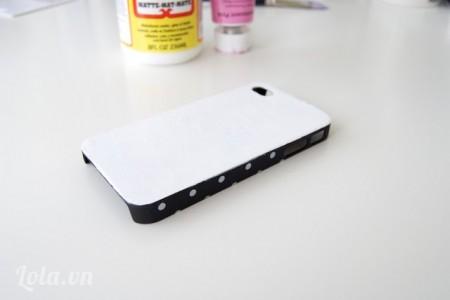 Cắt giấy hoặc miếng nhựa cứng vừa với kích thước của vỏ iphone, bạn nhớ cắt phần lỗ ở camera nữa nhé Bạn lấy keo sữa dán miếng giấy hoặc nhựa cứng đã cắt vừa với vỏ iphone lên và chờ khô