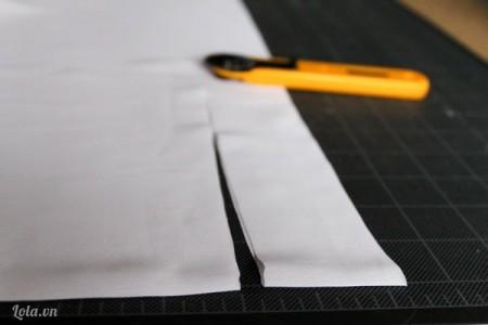 : Gấp đôi tấm vải lại, dùng dao cắt vải thành các dải có khoảng rộng 1.5  đến 2 inch. Cắt tất cả vải của bạn