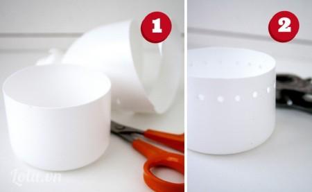 Bạn rửa sạch chai nhựa và cắt đôi chúng ra như trong hình. Tiếp đến Bạn dùng búa bấm lỗ bấm lỗ xung quanh miệng chai