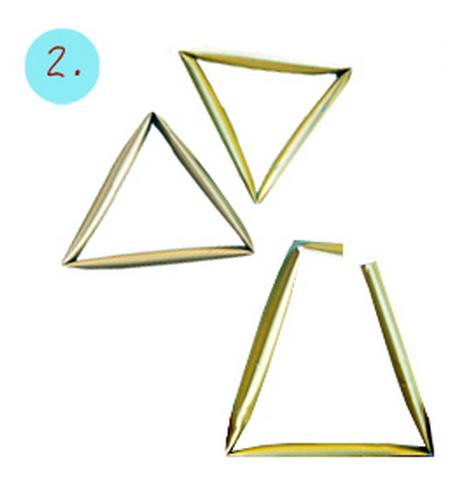 Sau khi chờ sơn khô bạn cắt và gấp chúng thành hình tam giác và dính lại bằng keo (Tùy vào kích thước bạn muốn làm cho mặt dây)