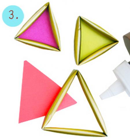 Cắt giấy màu thành hình tam giác kích thước bằng với mặt ống hút và dính chúng lại bằng keo sữa