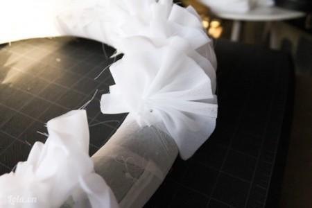 Sau khi xếp và dán thật nhiều nếp vải, bạn đính chúng vào khung hình tròn xốp như trong hình, lần lượt làm như vậy cho đến khi hết vòng