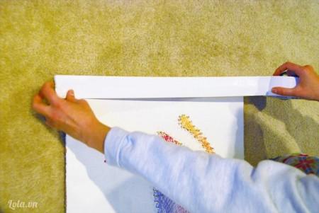 Sau khi đã hoàn thành bạn dùng băn keo dán xung quanh viền bức tranh