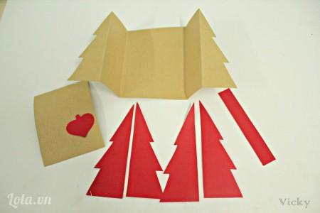 Cắt giấy bìa màu nâu và đỏ thành các mảnh như hình bên.