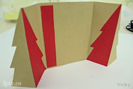 Dán mảnh bìa màu đỏ vào phía bên trái như hình