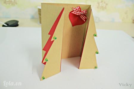 Giờ thì dán thêm các hạt gỗ trang trí nữa là chúng ta đã có ngay 1 chiếc thiệp cho giáng sinh rồi nè