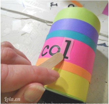 Bạn có thể trang trí lên trên thân lon bằng cách vẽ hay dùng các chữ cái decan dán lên cho lon đựng bút thêm phần sinh động nhé.