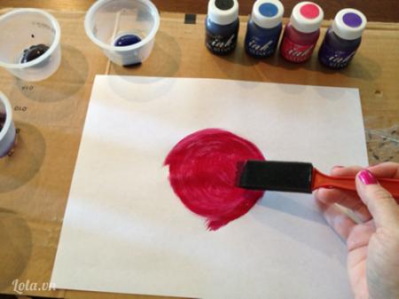 Dùng cọ tô màu hồng lên giữa giấy như trong hình.