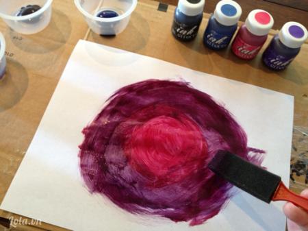 Tô viền bên ngoài bằng màu tím có sắc đậm hơn sắc màu hồng.