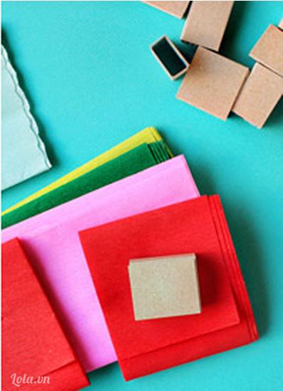 Bóc lớp vỏ ngoài của hộp diêm, sau đó cắt giấy màu vừa đủ với kích thước của hộp