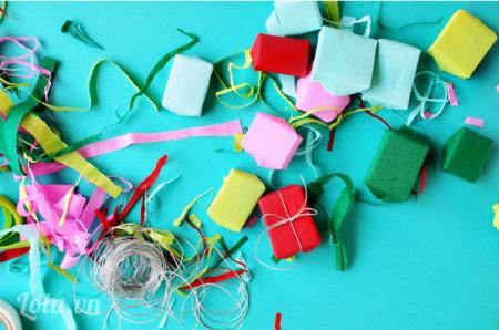 Lấy dây ruy băng bạn thích bọc theo gói quà
