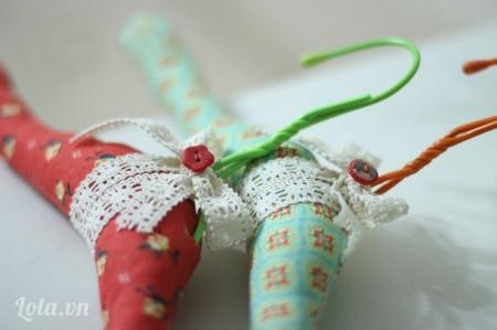 Thắt ruy băng hay đăng ten vào trên mắc và đính cúc hình hoa trang trí. Làm nhiều màu vải khác nhau để bọc những khung mắc khác.