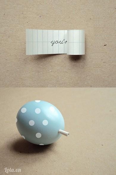 Cuộn giấy lại rồi nhét vào trong quả trứng sau đó bạn có thể đem tặng cho bạn bè và tạo bất ngờ cho người khác nhé