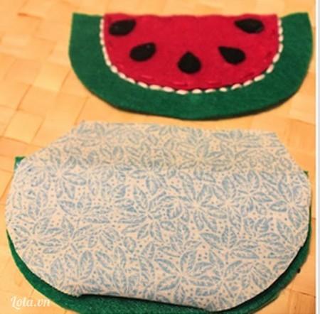 Cắt lớp vải lót ra và phủ toàn bộ mặt trong của tấm vải còn lại, dùng keo dán mặt trên của vải