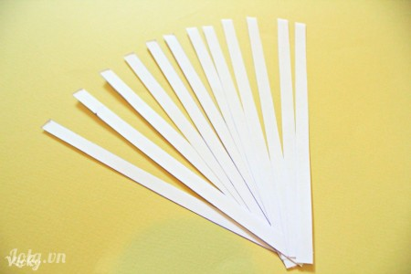 Cắt giấy bìa thành các sợi dài kích thước 1cm*15cm