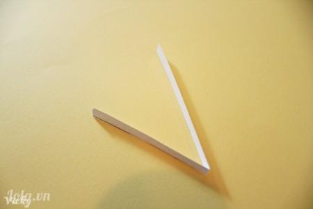 Gấp đôi sợi giấy lại như hình, 1 bên dài và 1 bên ngắn hơn.