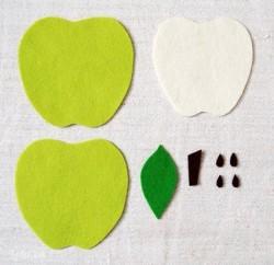 Sau đó dùng kéo cắt cho tớ 3 miếng vải quả táo (trong đó 2 miếng vải xanh kích thước bằng nhau, miếng màu trắng nhỏ hơn một chút), 1 lá xanh, 1 cuống táo, 4 giọt nước làm hạt.
