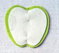 Bây giờ, các ấy dùng ghim đính cố định miếng vải trắng lên 1 tấm màu xanh. Dùng bút chì vẽ nửa hình tròn ở 1 góc bên thân táo.