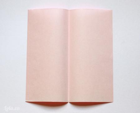 Bạn cần có một name card và cắt một mảnh giấy dài và rộng 9cm. Gấp một nửa theo chiều dọc của tờ giấy và mở nó lại như trong hình