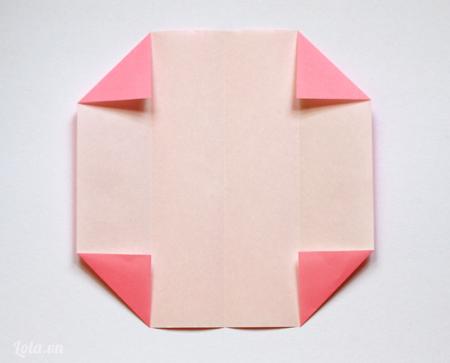 Tiếp tục mở giấy ra , lần này bạn gấp mỗi góc vào bên trong các điểm góc  như trong hình