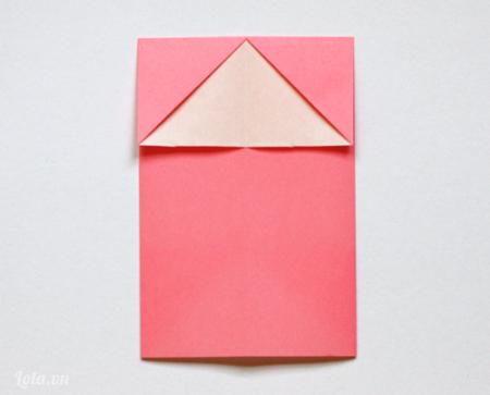 Lật mặt sau và gấp giấy từ trên xuống
