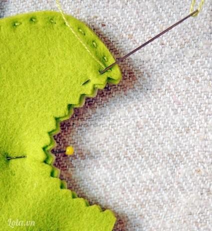 Cuối cùng, ta chỉ việc khâu dọc theo mép vải để ráp miếng vải xanh vừa ốp vào với miếng vải cũ là được.