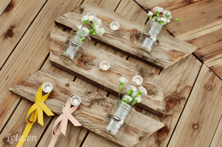 Tô điểm vài bông hoa và các bình là bạn đã xong rồi nhé  Bạn có thể treo ở sân vườn hoặc ngay trong nhà mình nếu thích