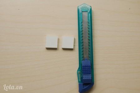 Cắt 2 hình vuông bằng nhau kích thước 2x2cm