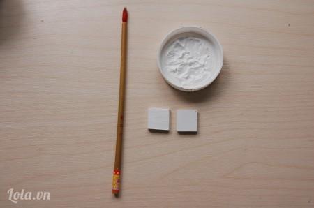 Dùng màu trắng sơn phủ lên 2 miếng hình vuông