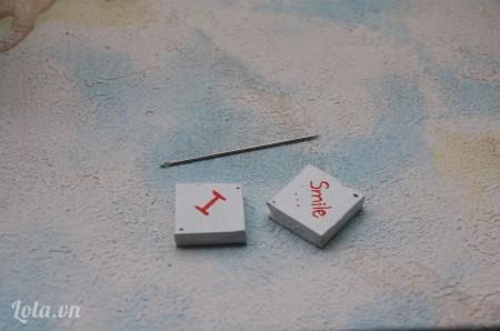 Dùng kim đục 4 lỗ trên hình vuông