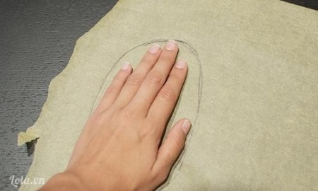 Lấy bàn tay của bạn làm điểm trung tâm vẽ một hình dạng thoi trên giấy