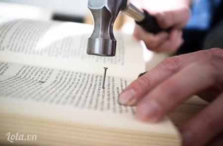 Dùng búa đóng cố định các cuốn sách trên tấm ván như hình, sau đó bạn đóng cố định chúng taij đầu giường bạn sẽ có được một sản phẩm như trên