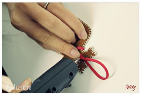 Dùng súng bắn keo dán dây da vào mặt sau chú tuần lộc để làm dây treo.